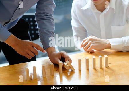 Geschäftsmann hand Anhalten der Domino Effekt. Vorstand und Risk Control Konzept. - Stockfoto