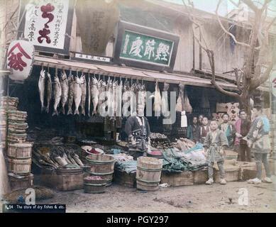 """[C. 1880 Japan - Lebensmittelgeschäft] - matsuzakaya Lebensmittelgeschäft, wahrscheinlich in Yokohama. Eines der Zeichen für diese recht großen Store liest, """"besondere Agenten für die Präfektur Kanagawa."""" Die anderen Zeichen werben' Katsuobushi Dokoro' (getrockneten bonito Flocken) und arashikuri Mizuame' (gebleicht Kastanie Sirup). Es gibt eine große Vielfalt von Lebensmitteln auf Anzeige: gesalzenen Lachs, Algen, Tintenfisch, Garnelen, andere getrocknete Lebensmittel ebenso wie Miso (Sojabohnen Paste) und tsukemono (Pickles). Die Jungen sind wahrscheinlich live-in Mitarbeiter. 19 Vintage albumen Foto. - Stockfoto"""