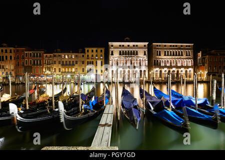Grand Canal in Venedig mit Gondeln beleuchtet bei Nacht, Italien