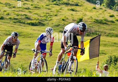 Radfahrer macht aus einer Schlaufe Abstieg vom Col De La Colombiere, Le Grand Bornand, 10. Etappe der Tour de France.