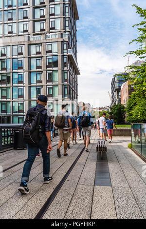 New York City, USA - Juni 22, 2018: die Menschen zu Fuß auf High Line. Es ist ein erhöhter linear Park, Greenway und Rail Trail. Es wurde auf einem ehemaligen Ne erstellt - Stockfoto
