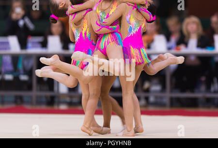 Mädchen in schönen Gymnastik Kleider machen Übung - Stockfoto