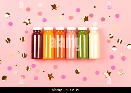Flaschen von bunten Smoothies - Stockfoto
