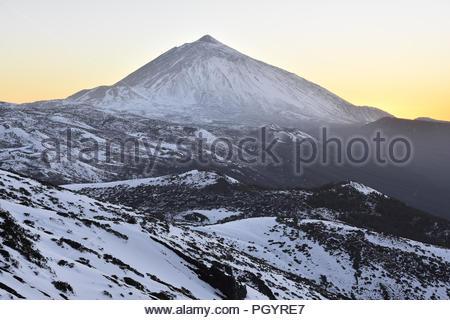 Pico del Teide in der Dämmerung - 3718 m hohen Berg und der vulkanischen Landschaft der Nationalpark Teide mit Schnee bedeckt. Teneriffa Kanarische Inseln Spanien. - Stockfoto