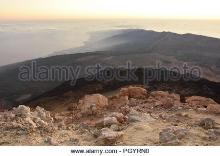 Vulkanische Landschaft von Teneriffa Kanarische Inseln Spanien. Am frühen Morgen Blick in Richtung Nordosten der Insel vom Mount Teide Gipfel (3718 m Höhe). - Stockfoto