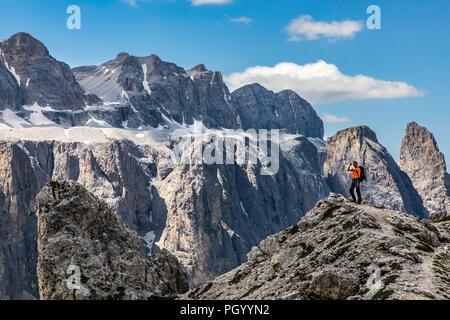 Wanderer im Naturpark Puez-Geisler, Dolomiten, Südtirol, Trentino, Italien - Stockfoto
