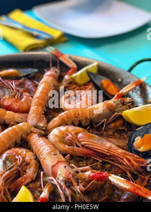 Paella mit Meeresfrüchten, ein traditionelles spanisches Gericht, Alicante, Spanien, Europa - Stockfoto