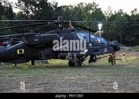Us-Soldaten mit dem 12 Combat Aviation Brigade (12 CAB) Die AH-64 Apache und CH-47 Chinook Hubschrauber Vorbereitung für den take-off von Zagan, Zagan, Polen, 21. Juni 2018. Die 12 CAB abgeschlossen Der Sabre Streik 2018 Übungen und ist auf dem Weg zurück zur U.S. Army Garrison Ansbach, wo die Brigade stationiert ist. - Stockfoto