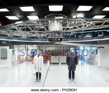 Wissenschaftler stehen unter Teleskop auf Paranal Observatorium - Stockfoto