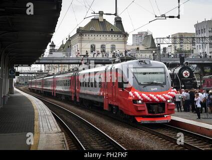 Wladiwostok, Russland. 30 Aug, 2018. Wladiwostok, Russland - 30. AUGUST 2018: Eine russische Eisenbahn RZD EPZD Elektrischer Triebzug Zug am Bahnhof in Wladiwostok, und der Zug ist der erste von fünf suburban Nahverkehrszüge an demikhovo Machinebuilding gefertigt bis Wladiwostok geliefert werden; die Entscheidung, neue Züge für Primorye Gebiet auf Kosten der russischen Eisenbahn RZD zur Verfügung zu stellen wurde nach einer Sitzung im Juli 2018 zwischen der russische Präsident Putin und der Gouverneur von primorye Gebiet Tarasenko. Juri Smityuk/TASS Credit: ITAR-TASS News Agentur/Alamy leben Nachrichten - Stockfoto