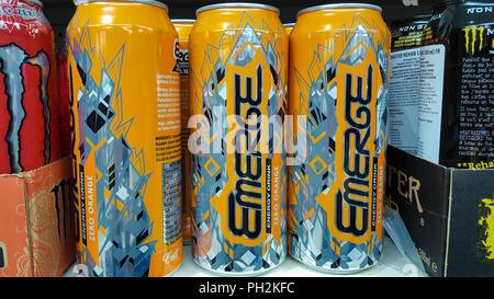 Red Bull Getränke Kühlschrank : Eine anzeige von red bull dosen in einem kühlenden regal im