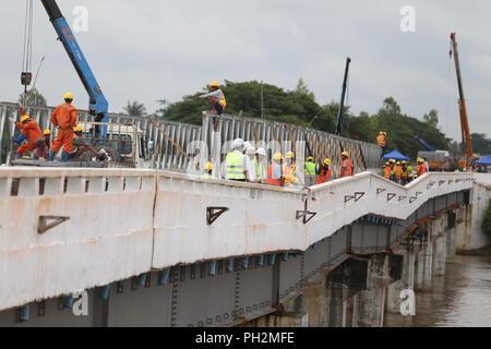 (180830) - BAGO, Aug 30, 2018 (Xinhua) - Arbeitnehmer bauen einzelne Bailey Brücke Verkehrsverbindung in Bago region, Myanmar, August 30, 2018 wieder auf. Die Instandsetzung der Werke auf beschädigte Brücke aufgrund des Zusammenbruchs des Dam spillway über Swa Creek sind durch den Bau der Behörden auf die swar Chaung Brücke von Yangon-Mandalay Highway, der durch das Hochwasser aus dem eingestürzten Abflußkanal von Swar Chaung dam betroffen ist im Gange. Der abflußkanal von Swar Chaung Talsperre übergelaufen und brach zusammen, die die nahe gelegenen Bereichen einschließlich der verkehrsreichste Autobahn des Landes und einige Townships in Bago Region. (Xinhua / U Aung) ( - Stockfoto