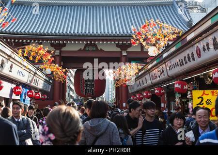 Überfüllte Nakamise-Einkaufsstraße, die bis zu den Kaminarimon Präfektur Tor (Donner Tor) der Sensoji-Tempel in Asakusa, Tokyo, Japan, November 10, 2017. () - Stockfoto