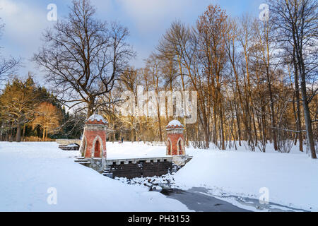 Red Cascade in Catherine Park in Zarskoje Selo im Winter. Stadt Puschkin. Sankt Petersburg. Russland - Stockfoto