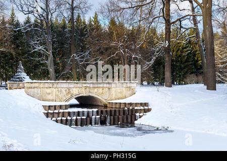 Brücke in Catherine Park in Zarskoje Selo im Winter. Stadt Puschkin. Sankt Petersburg. Russland - Stockfoto