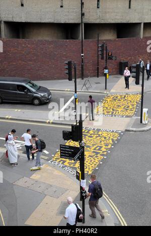 """""""Bunten Kreuzungen"""" Pop Art installation Zebrastreifen in der Nähe der Buche Street Tunnel & Barbican Station, Kulturmeile, Stadt London UK KATHY DEWITT - Stockfoto"""