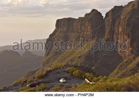 Mirador die Cherfe Aussichtspunkt, Touristen, am Abend Blick auf Masca Tal. Hohe Gipfel der Teno Massiv im Nordwesten von Teneriffa, Kanarische Inseln. - Stockfoto