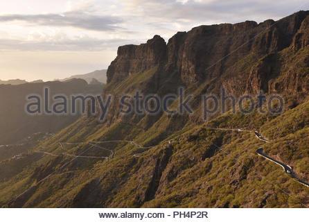 TF-436 Straße von Santigo del Teide, Masca, hohen vulkanischen Mauern von Teno Massiv (Macizode Teno) im Nordwesten von Teneriffa Kanarische Inseln Spanien. - Stockfoto