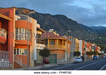 Wohnstraße mit bunten Häusern in den Ausläufern des Teno Gebirge, Buenavista del Norte im Nordwesten von Teneriffa Kanarische Inseln Spanien. - Stockfoto