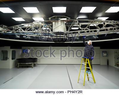 Mann auf Leiter der Inspektion Teleskop auf Paranal Observatorium - Stockfoto