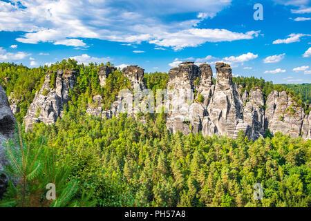 Das Elbsandsteingebirge ist ein Teil des Nationalpark Sächsische Schweiz in Deutschland - Stockfoto