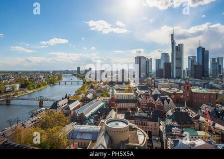 Blick auf Skyline im Zentrum Geschäftsviertel in Frankfurt am Main, Deutschland. Frankfurt ist finanzielles Zentrum Deutschlands und Europas. - Stockfoto