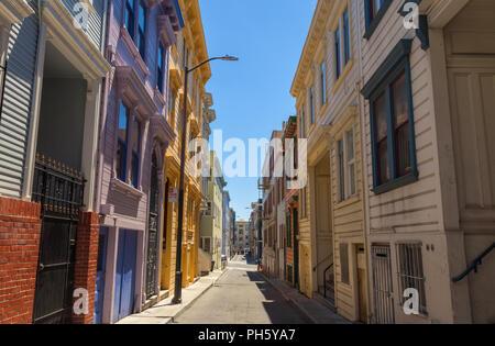 Buntes Haus Fassade in einer kleinen Gasse in North Beach, San Francisco, Kalifornien, USA. - Stockfoto