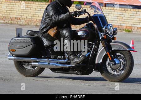 Die Biker in Gang fährt ein Motorrad Harley Davidson - Stockfoto