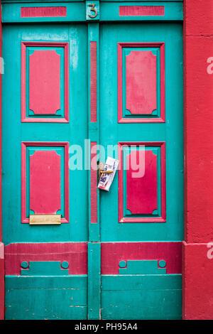 Bunte Tür mit Zeitung in Weilburg, Deutschland - Stockfoto