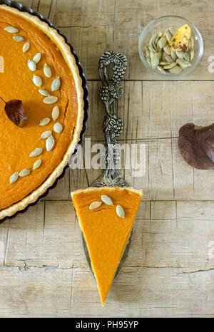 Traditionelle amerikanische Kürbistorte für Thanksgiving oder Halloween auf einer hölzernen Hintergrund. Im rustikalen Stil. - Stockfoto