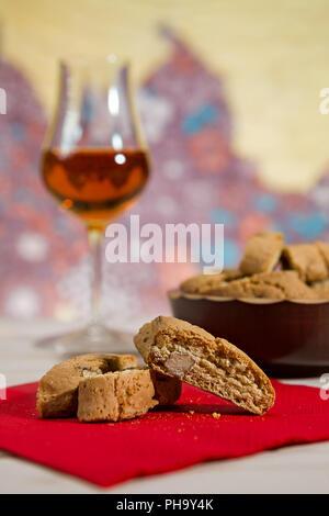 Nahaufnahme des Italienischen cantucci Kekse über einen roten Serviette - Stockfoto
