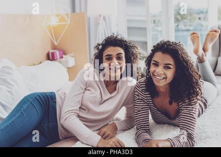 Positiv begeistert Mädchen Posieren vor der Kamera - Stockfoto