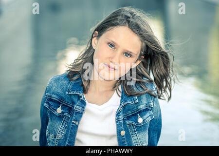 Outdoor Portrait von schönen Mädchen 10-11 Jahre alt - Stockfoto