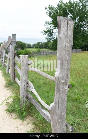 Schöne rustikale Zäune entlang einer gras weide in Plymouth. - Stockfoto
