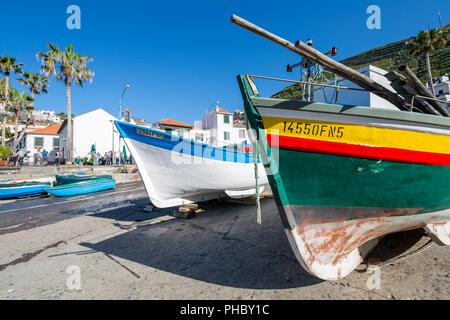 Bunte Fischerboote im Hafen in Camara de Lobos, Madeira, Portugal, Atlantik, Europa - Stockfoto