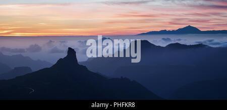 Panoramische Ansicht des Roque Bentayga Berg am Sonnenuntergang - Stockfoto