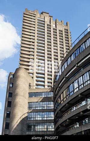 Das Barbican Estate, London, UK. Das 43-stöckige Cromwell Tower mit Blick auf die Wohnungen und Gärten von frobisher Crescent - Stockfoto