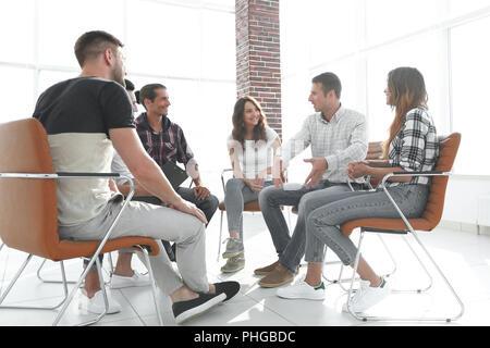 Mitarbeiter sitzen in der Klasse für Teamentwicklung - Stockfoto