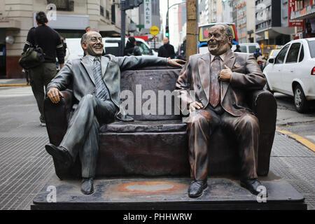 Olmedo und Potales Statue, zwei historischen comedians von argntina, in der Avenida Corrientes in Buenos Aires platziert - Stockfoto