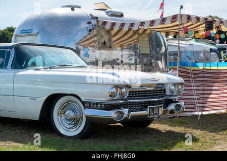1959 Cadillac und ein airstream Wohnwagen und in einem Vintage Retro Festival. UK. - Stockfoto