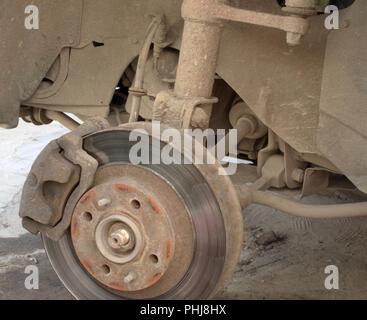 Scheibenbremse Auto. vordere Aufhängung reparieren. Frontantrieb Fahrzeug ohne linkes Rad - Stockfoto