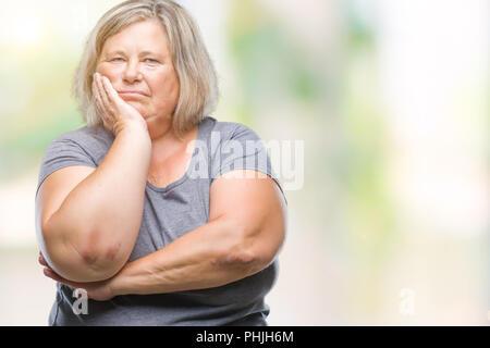 Senior Plus size kaukasische Frau über isolierte Hintergrund denken müde und mit Depressionen Probleme mit verschränkten Armen gelangweilt. - Stockfoto
