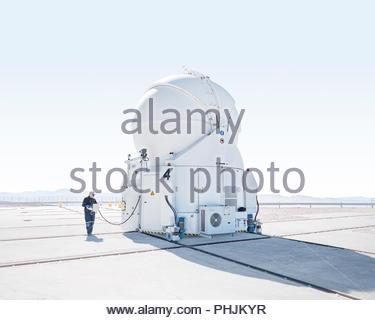 Wissenschaftler untersuchen Teleskop auf Paranal Observatorium in Chile - Stockfoto