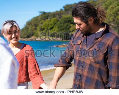 Paar Ausgabe Zeit zusammen am Strand - Stockfoto