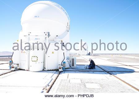 Wissenschaftler untersuchen Teleskop auf Paranal Observatorium - Stockfoto