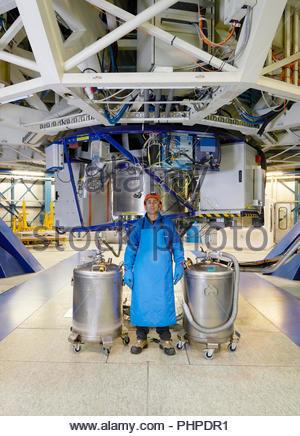 Wissenschaftler mit Gastanks unter Teleskop auf Paranal Observatorium - Stockfoto