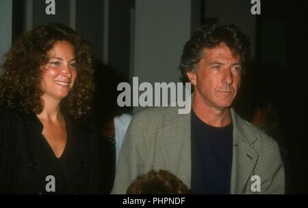 BEVERLY HILLS, Ca - 1. SEPTEMBER: Schauspieler Dustin Hoffman (R) und Frau Lisa Hoffman (L) die Premiere von 'Bob Roberts' am 1. September 1992 in Writer's Guild Theater in Beverly Hills, Kalifornien. Foto von Barry King/Alamy Stock Foto - Stockfoto