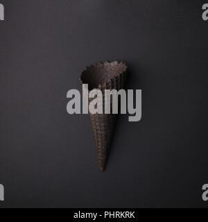 Leere Schwarze Eis auf schwarzem Hintergrund, monochrome minimal closeup - Stockfoto