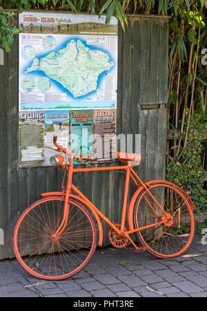 Orange lackiert Fahrrad als Werbung für die pedallers Cafe auf dem Newport Radweg auf der Isle of Wight in Sandown. - Stockfoto