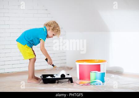 ... Kinder Malen Dachgeschoss Wand. Home Verbesserung Und Renovierung. Kind  Mit Weißer Farbe Auf Mauern